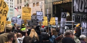"""LA PROTESTA NEGLI STATI UNITI DOPO I BOMBARDAMENTI: """"GIÙ LE MANI DALLA SIRIA"""""""