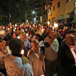 pericolosi cittadini xenofobi estremisti armati di candele, segno di violenza